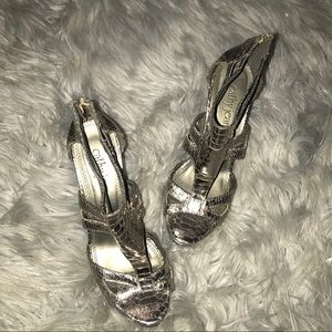 Snakeskin like pattern Dark gray heels