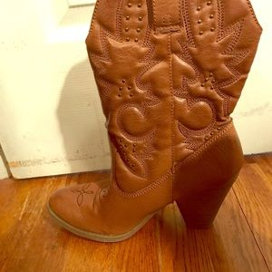 Lightly worn brown cowgirl boots with heel.