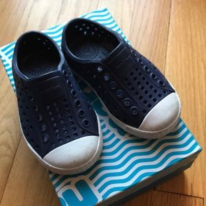 Toddler navy blue native Jefferson shoes size 5