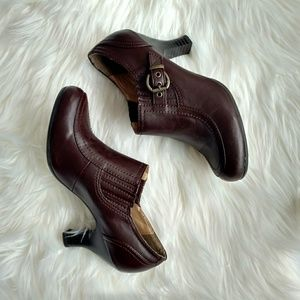 White Mountain Brown 7.5M Heels w/Buckle
