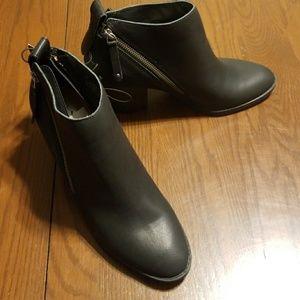 DV Jameson black heeled ankle boot w zipper NWT