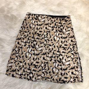 Short gap skirt with floral design and side slits