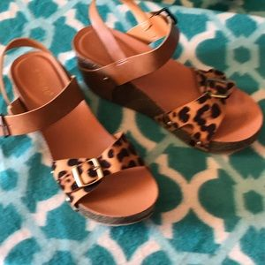 Bamboo sandals with cheetah print