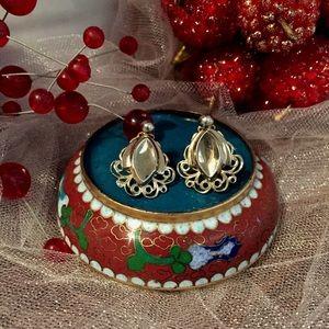 Jewelry - Antique screw on earrings