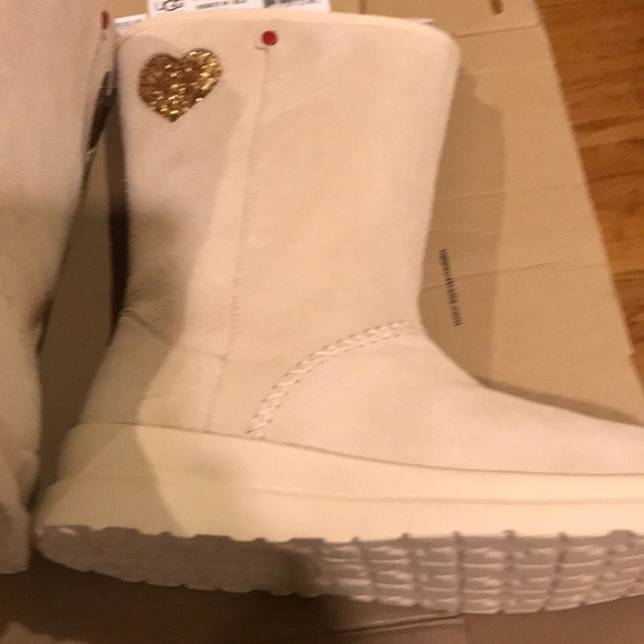 """24ba4e882d4 NEW """"I LOVE UGG"""" Suede Gld Sequin Heart Beige UGGS NWT"""