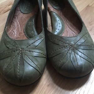 BORN olive green leather flats 8 Excellent!
