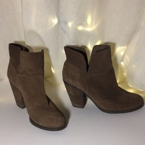 Size 7.5 Vince Camuto ankle boots
