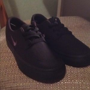 BRAND NEW SIZE 6 NIKE SB SNEAKERS.