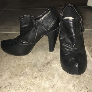 Guess black booties with functional zipper