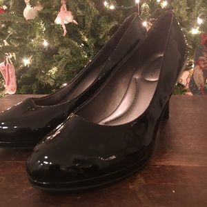 Patent black pumps