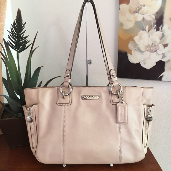 1718c5bc35019 Coach Handbags - Coach Gallery E/W Putty Leather Zip Tote F19252