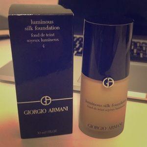 NEW 💕 Giorgio Armani Luminous Silk Foundation 4