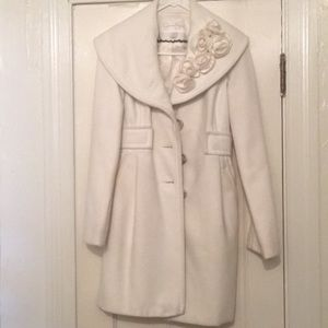 Off white wool overcoat with ruffle details collar