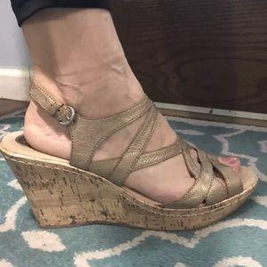 💟 BORN BOC Golden Sz 10M Women's Sandals Wedges