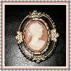 Jewelry - Cameo brooch