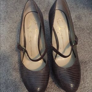 Brown strapped high heels. Textured. Size 8