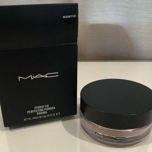 MAC Studio Fix Perfecting Powder in medium plus