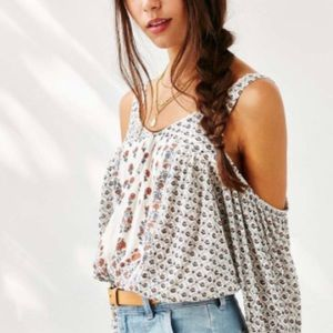 URBAN OUTFITTERS Ecote Tabby Cold Shoulder Top