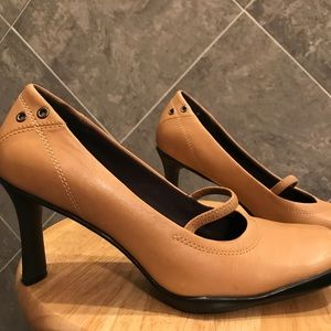 Nine West tan mid heel dress shoe