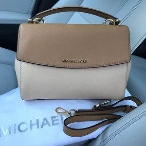 ❤️💕Michael kors Ava Medium!