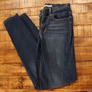 Dark wash Levi's Jegging