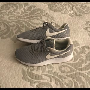 🎁Nike Rouche, Size-6 Adult, Colors-Grey/White🎁