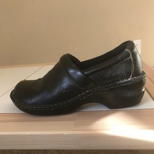 Preowned Born black leather clogs