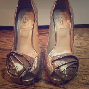VALENTINO FLOWER LEATHER HEELS IN Gold/Silver