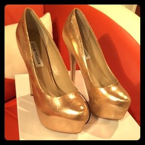 Gold Dejavú pumps