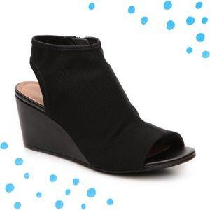 Tahari 'Sindi' black wedge sandals size 7.5