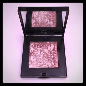 Bobbi Brown highlighting powder in pink glow