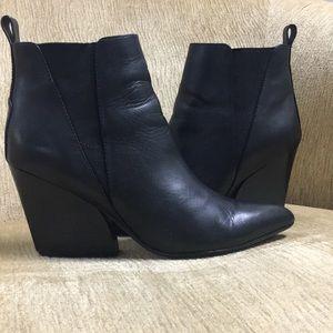 Report Signature Myrna Black booties