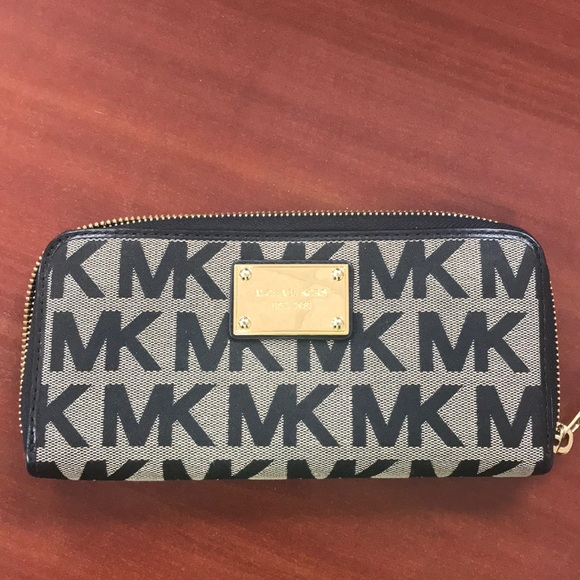 1a2f20509cb5 Black Michael Kors cloth wallet. M 5a2fdc103c6f9f326d03039b