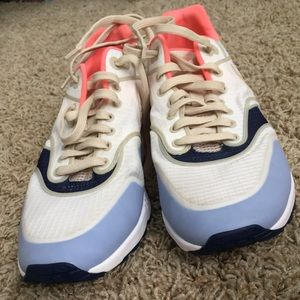Nike Air tennis shoes! Gently worn!!