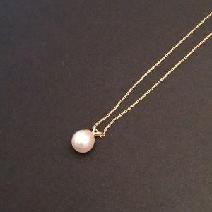 Jewelry - Single pearl pendant in chain