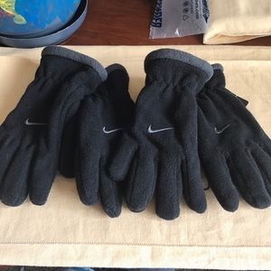 NIKE fleece gloves. Youth 8/20 size. New.