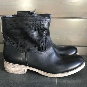 Buttery soft Black Leather booties. Made in 🇮🇹
