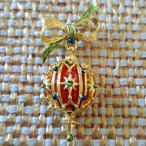 VINTAGE ORNAMENT WITH BOW BROOCH