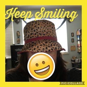 Reversible boat hat in leopard print & maroon