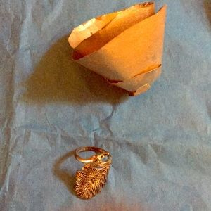Jewelry - NWT Unique gold peacock feather/leaf ring size 7