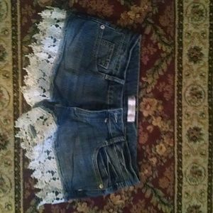 Jeans shorts w white fabric on cuffs