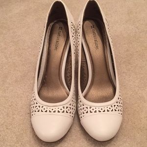Naturalizer while perforated Dress Pumps