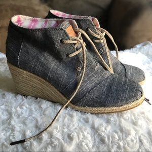TOMS Desert Wedge Navy Linen Lace Up Ankle Bootie