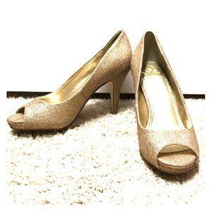 Fergalicious Gold glittery pumps!