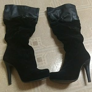 Velvety heeled boots with bow