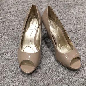 NWT Bandolino size 6 b flexible tan heels!