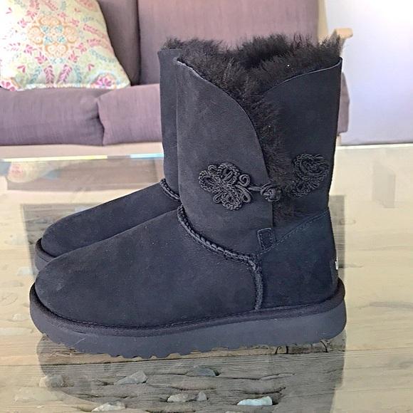 8700d8da294 UGG Boot Short Black Crocheted Flower Clasp Size 5