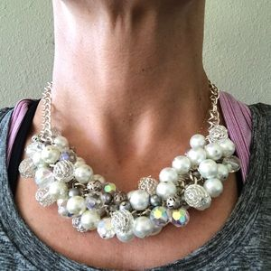 Jewelry - Beautiful pearl silver and clear beaded necklace